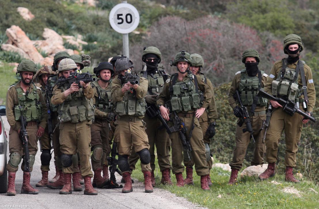 Izraeli telepet védő katonák Ciszjordániában