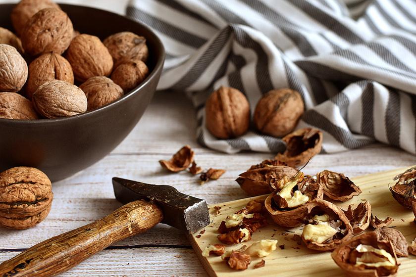 A dió káliumtartalma 10 dkg-ban 1710 mg. Egészséges nassolnivaló mézzel vagy magában, de finom keksz- vagy sütihozzávaló is lehet.