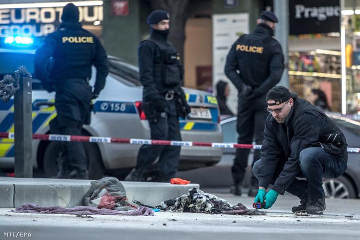Rendőrök helyszínelnek a prágai Vencel téren ahol felgyújtotta magát egy férfi 2019. január 18-án.