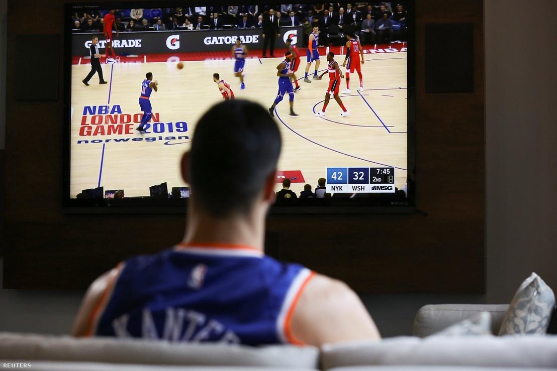 Enes Kanter a televízióban nézi a New York Knicks - Washington Wizards meccset 2019. január 17-én.