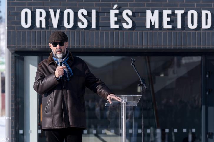 Kelemen Hunor az RMDSZ elnöke ünnepi köszöntőt mond a Székelyföldi Jégkorong Akadémia orvosi és metodikai központjának avatásán az erdélyi Csíkkarcfalván 2019. január 18-án.