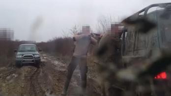 A férfi vadászpuskát tartott az offroadozók fejéhez, majd perelt jó hírnév megsértése miatt