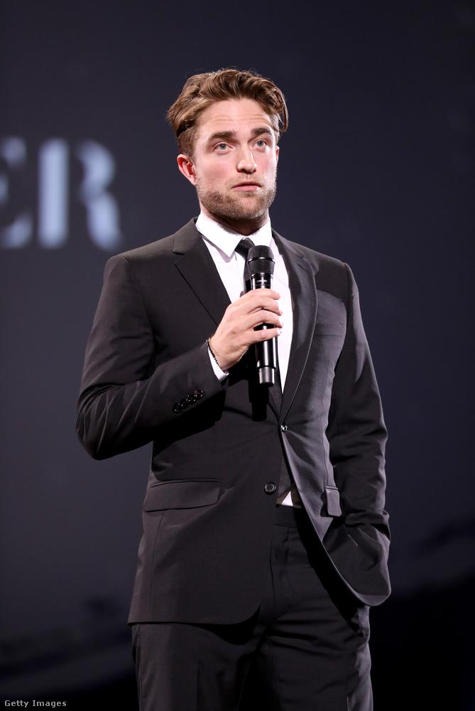 Íme Robert Pattinson, a Twilight/Alkonyat-filmek sztárja, rengeteg tizenéves lány bálványa, aki jó régen már a világ egyik legvonzóbb férfijaként van elkönyvelve