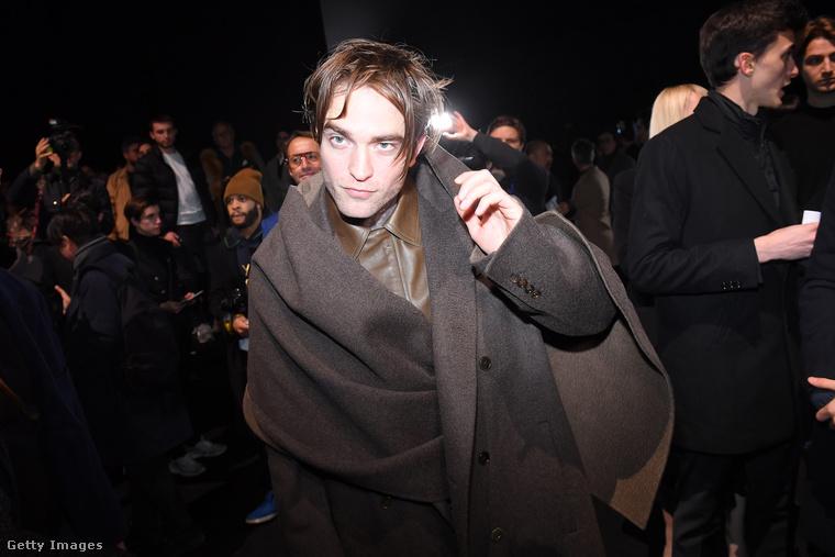 Robert Pattinson aztán továbbment a beérkezéskori fotózásról a divatbemutató helyszínére, hogy elfoglalja a helyét.