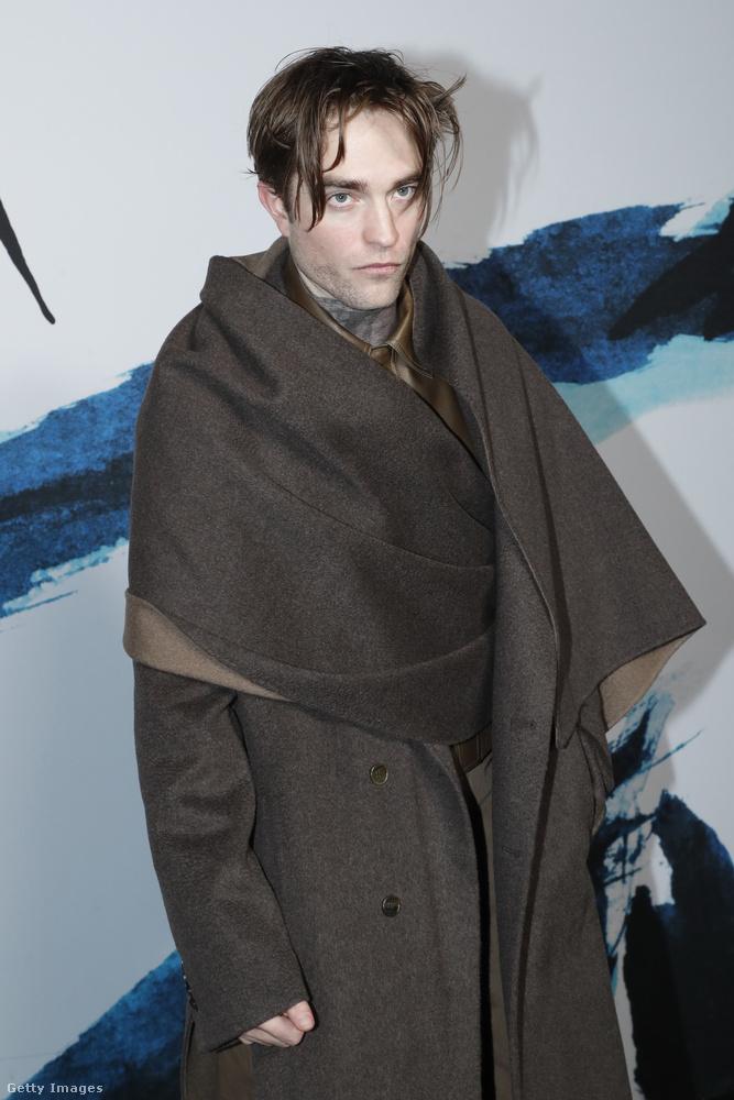 Ez a kép tegnap, azaz január 18-án este készült Robert Pattinsonról Párizsban