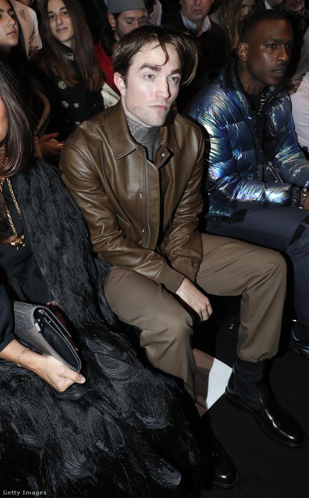Ilyen fejet vágott Robert Pattinson, miközben a Dior 2019-2020-as ősz-téli kollekcióját nézte.