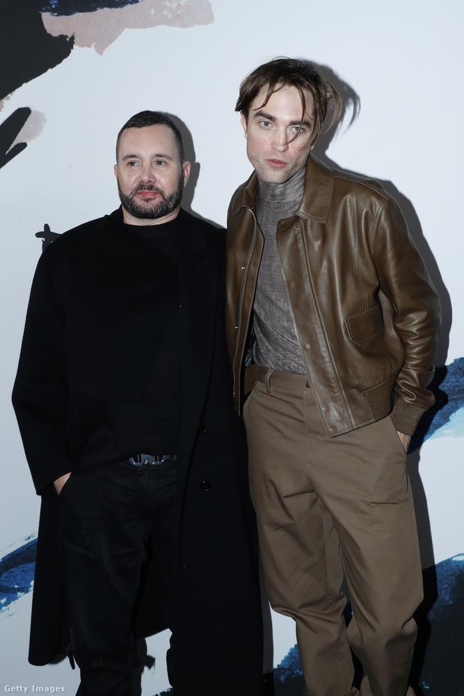 De mindehhez még hozzájön ez a tébolyult nézés, amivel Pattinson a fotók nagy részén a kamerába bámul, és az összhatás elég hátborzongató