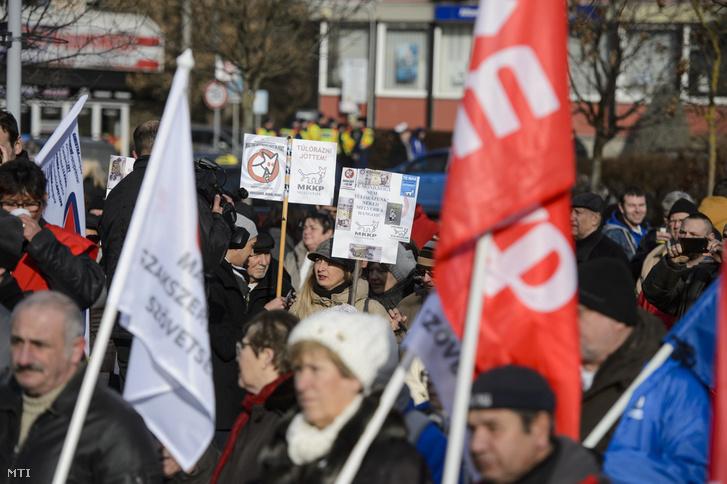 Résztvevők a munka törvénykönyvének az önkéntes túlmunkaidő bővítéséről szóló módosítása elleni tüntetésen Salgótarjánban, a Förster Kálmán téren 2019. január 19-én