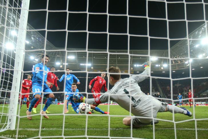 Manuel Neuer a Hoffenheim elleni meccsen védi ki Leonardo Bittencourt lövését, Sinsheim-ben 2019. január 18-án