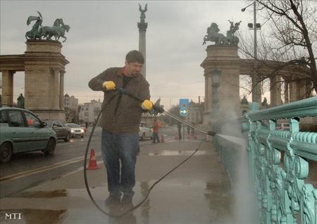 Hagyó Miklós a Városligeti tó hídját mossa