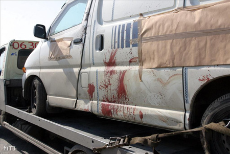 Tokaj, 2007. március 27. Vérnyomok annak a pénzszállító autónak az oldalán, amiben egy pénzkísérő meghalt, amikor kirabolták Borsod-Abaúj-Zemplénben, Tokaj térségében.