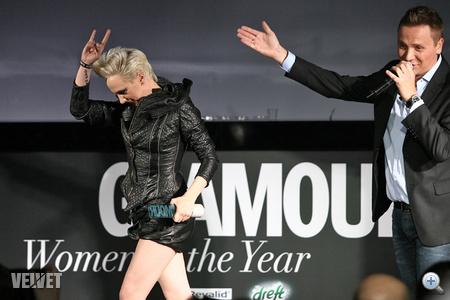 És bőrbugyiban vette át díját a Glamour gálán.
