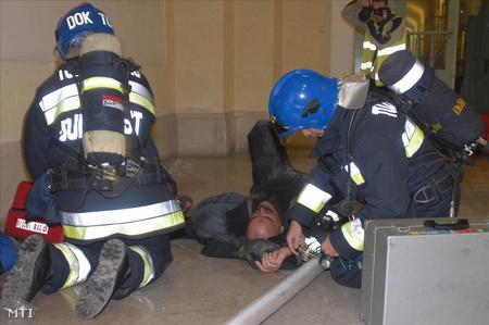2006. augusztus 9. A tűzoltó doktori szolgálat tagjai elsősegélyben részesítenek egy fűstmérgezett tűzoltót a műszaki egyetemen.