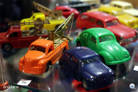 """A narancssárga """"Lendület"""" autószállító is rendkívül ritka manapság."""