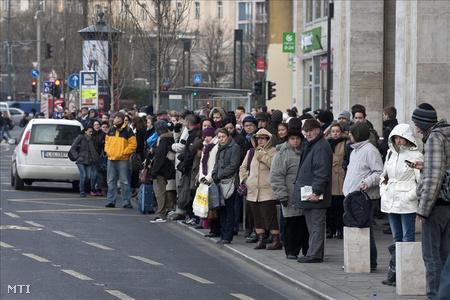 Pótlóbuszra várnak utasok a metró Deák téri állomásánál