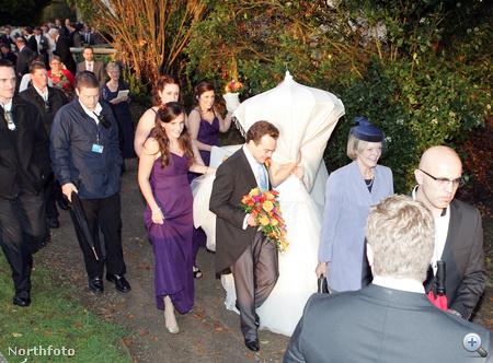 Heidi Withers a világ legbizarrabb menyasszonyi fátyla alatt - a templomból kifelé is viselte