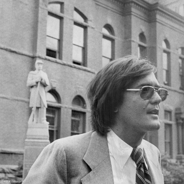 1977. június 8. James Dumas kirendelt védő nyilatkozik Bundy szökése után. Mögötte a bírósági épület és a nyitott ablak, amin Bundy kiugrott