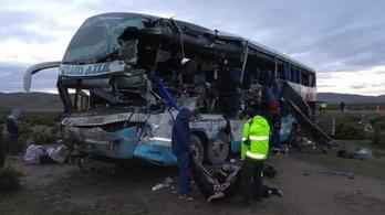 Frontálisan ütközött két busz Bolíviában, huszonketten meghaltak
