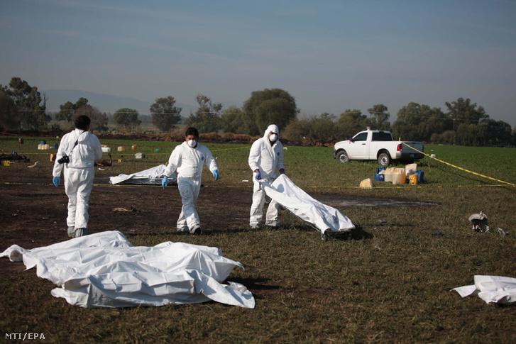 Elszenesedett holttesteket készülnek elszállítani helyszínelők a Mexikóban felrobbant üzemanyag-vezetéktől a Mexikóvárostól száz kilométerre, északra fekvő Tlahuelilpan településen 2019. január 19-én.