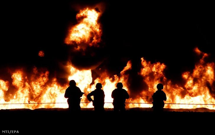 Lángoló üzemanyag-vezetéknél állnak katonák a Mexikóvárostól száz kilométerre, északra fekvő Tlahuelilpan településen 2019. január 18-án, miután felrobbant a vezeték