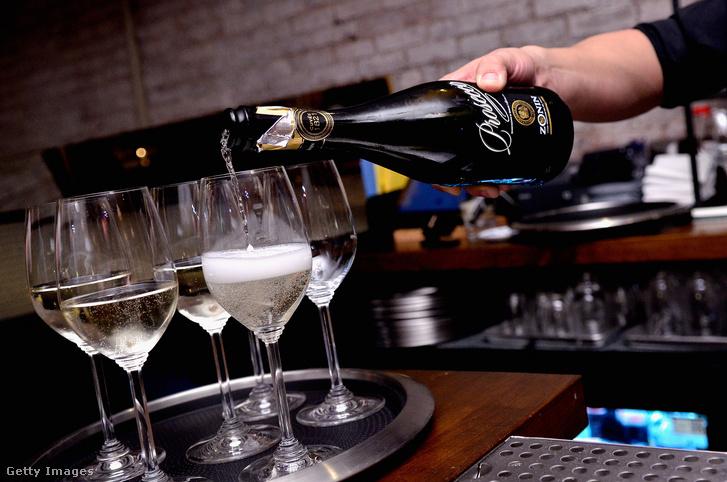 Prosecco Brut DOC habzóbort tölt egy bartender New York-ban
