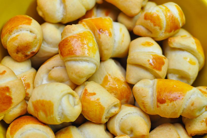 Sós-sajtos tekercs könnyű, kelt tésztából: ezt a nagyi is megirigyelné