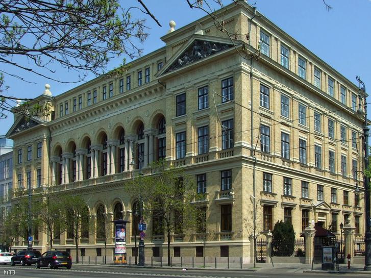 Az ELTE BTK A épülete a Múzeum körúton