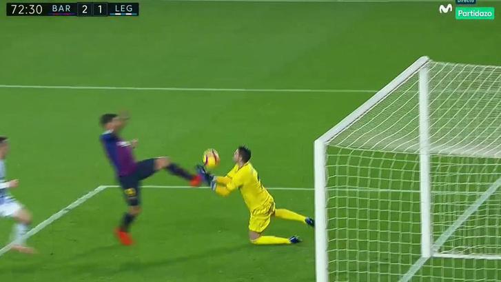 Nehéz elképzelni, hogy Suarez labdát talált előbb