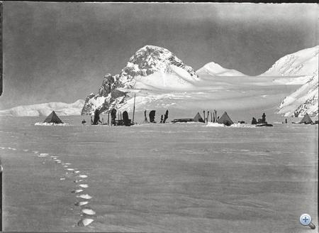 A képek azért kerülhettek elő, mert Herbert Ponting az expedíció hivatalos fotósa nem követte a többieket a sarkig, túlélte a vállalkozást, és visszavitte Scott és saját képeit Angliába. Saját fotóit publikálta, azonban Scott képei évtizedekig feküdtek a fótóügynökség pincéjében.