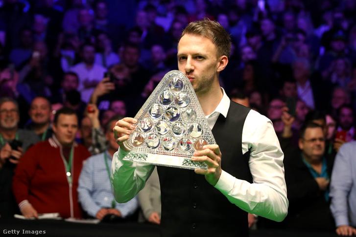 Judd Trump a londoni Masters döntő győzelmi trófeával 2019. január 20-án