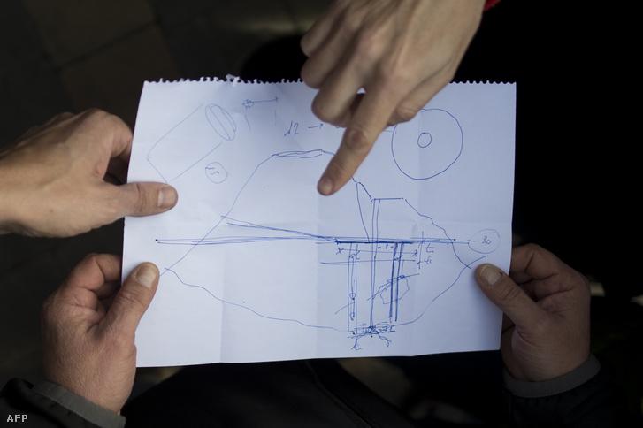 Az ásatási térképet mutatják a mentőcsapatok