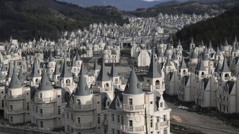 Ebben a törökországi lakóparkban lakások helyett kastélyokat lehetett venni