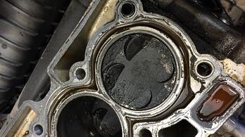 Olajutántöltés a benzinkúton: motorcsere a vége