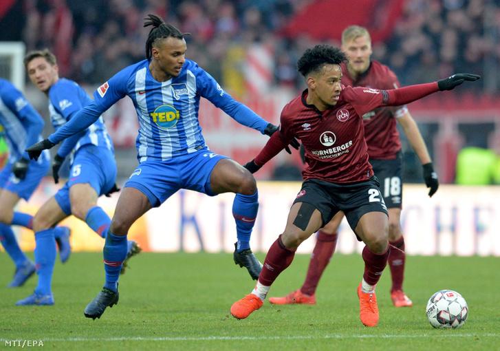 Valentino Lazaro, a Hertha BSC (b) és Matheus Pereira, az FC Nürnberg játékosa a német első osztályú labdarúgó-bajnokság 18. fordulójában játszott mérkőzésen Nürnbergben 2019. január 20-án. A Hertha 3-1-re nyert idegenben.