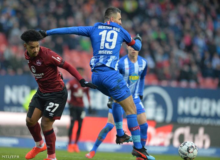 Vedad Ibisevic, a Hertha BSC (j) és Matheus Pereira, az FC Nürnberg játékosa