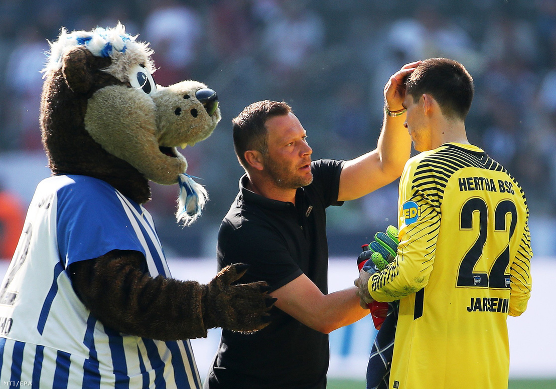 Dárdai Pál, a Hertha BSC vezetőedzője (k) Rune Jarstein kapussal