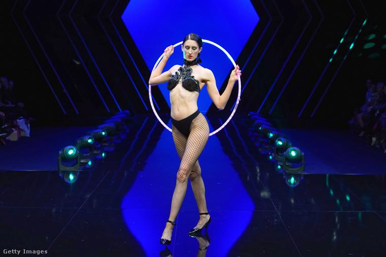 Bár a látványos kellékek és show miatt a Victoria's Secretet idézi ez a rendezvény, egy elég fontos dologban különbözik tőle.