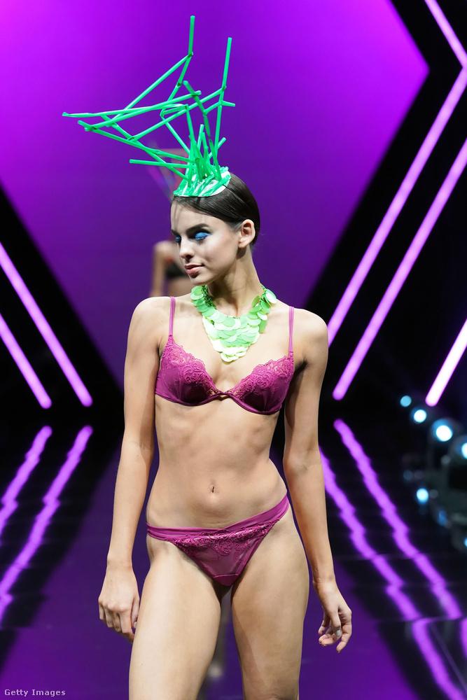 Hogy divatinspiráció is legyen, rengeteg modellt küldtek a kifutóra meghökkentő kiegészítőkkel.