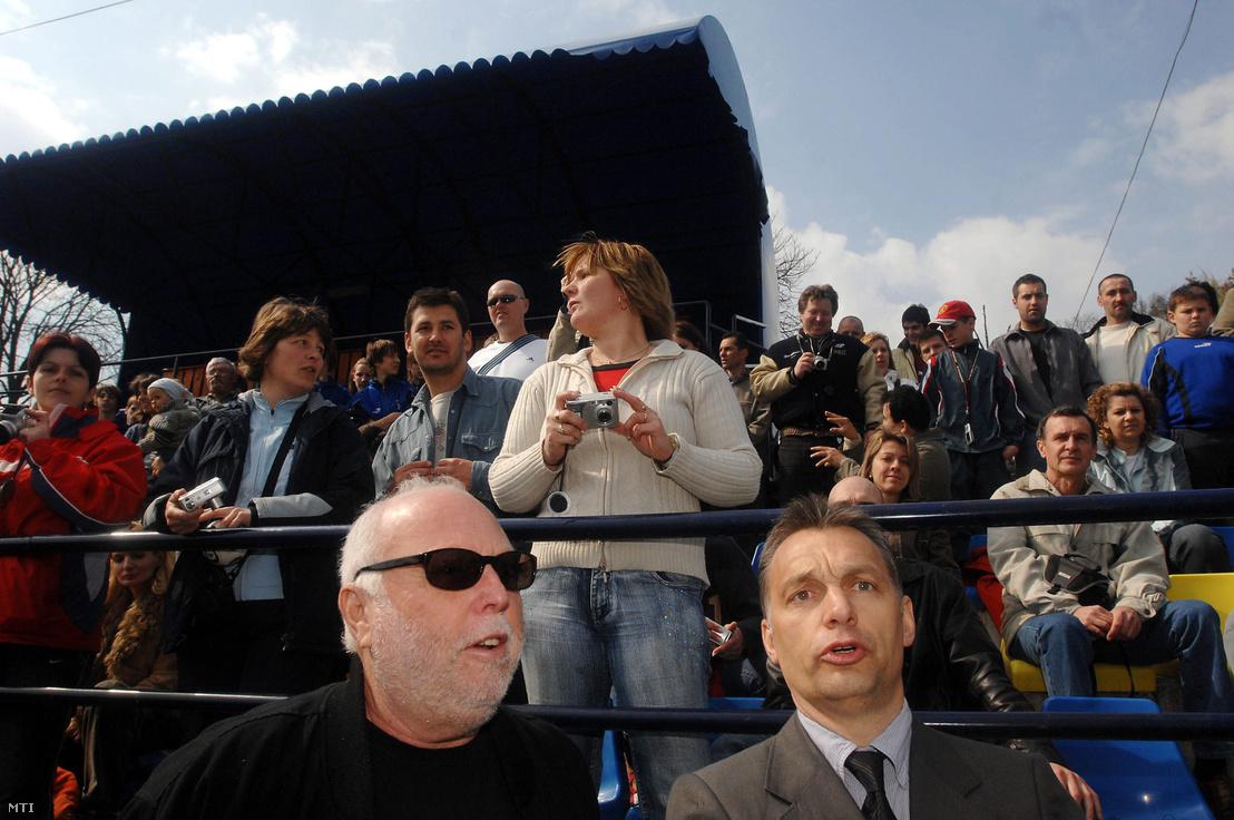 Régi barátság: Orbán Viktorral a felcsúti fociakadémia egyik meccsén 2007-ben