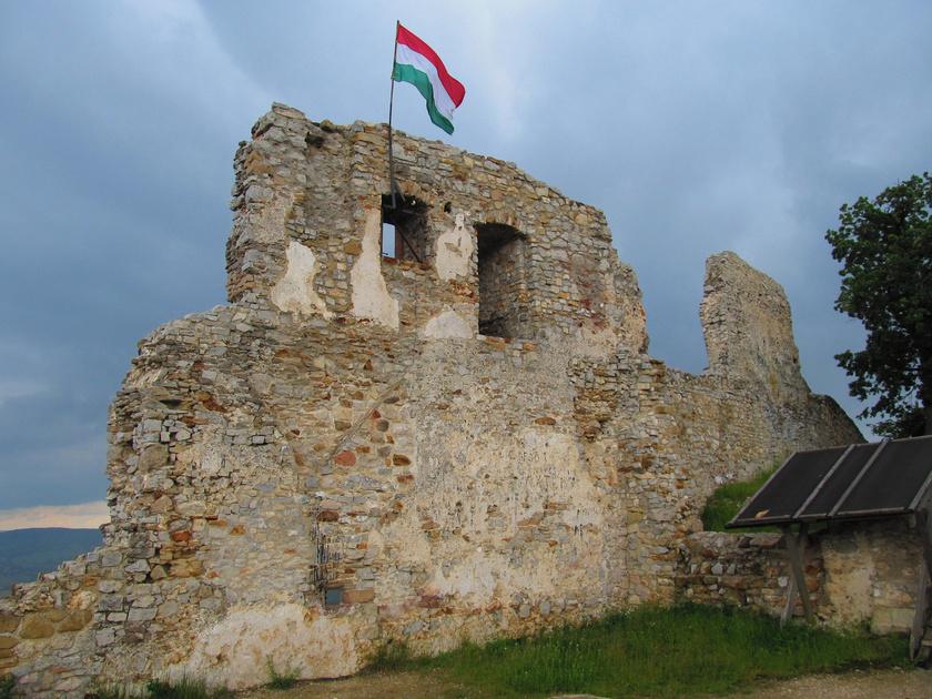 A tatárjárás után épült vár a falutól északra, egy rövid túrával érhető el, jól kiépített úton.