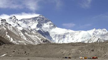Először hozhatják le a Csomolungmáról a 8 000 méter felett meghalt hegymászók maradványait