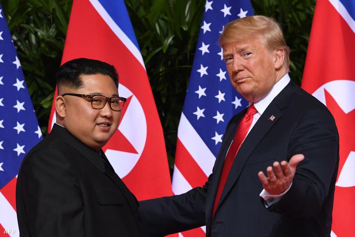 Kim Dzsongun és Donald Trump 2018. június 12-én