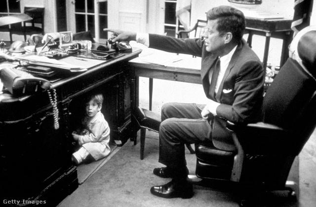 Kennedy elnök gyermekével játszik az elnöki irodában, meggyilkolása előtt bő egy hónappal
