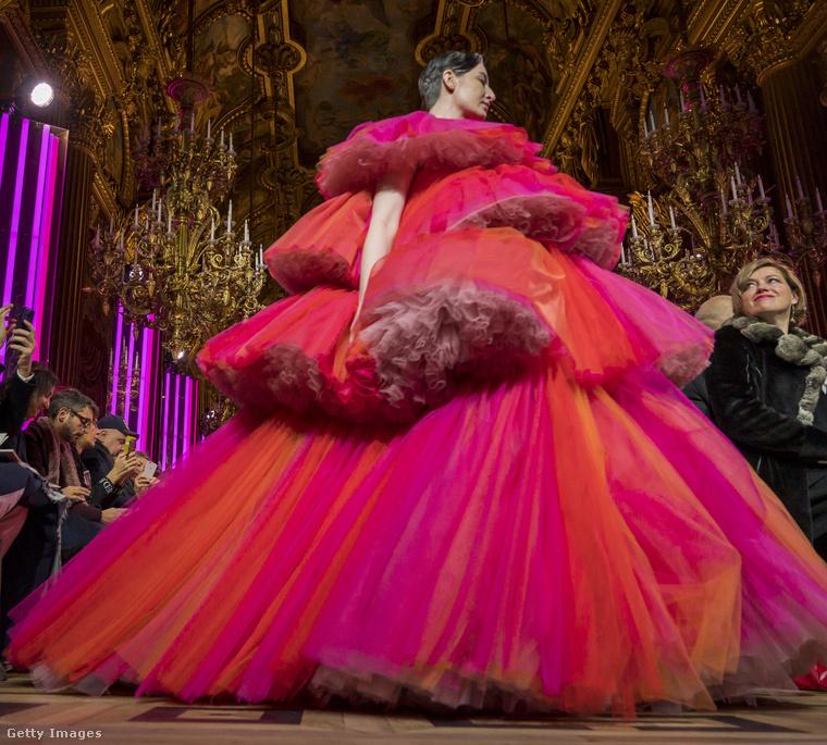 Csak hátul hagytak egy apró rést, amin keresztül a párizsi divathét közönsége meggyőződhetett arról, hogy a ruhában nem csupán egy lebegő fej van.