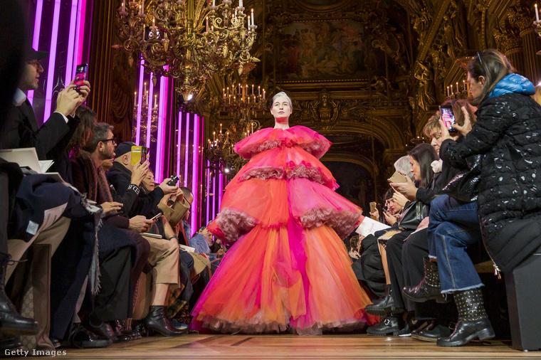 Az elmúlt években egyre nagyobb divat (badumtss!), hogy a márkák a klasszikus modellideáltól eltérő nőket küldenek a kifutókra