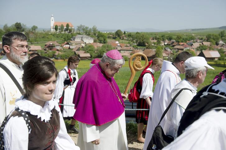 Jakubinyi György gyulafehérvári érsek (k) zarándokok között útban a Kis- és Nagysomlyó-hegy közötti nyeregben felállított oltárhoz a csíksomlyói búcsú szentmiséjének helyszínéhez 2015. május 23-án.