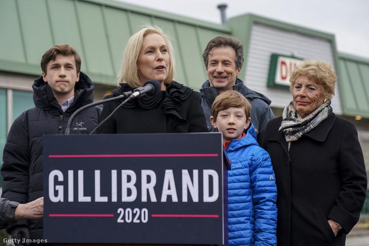 Kirsten Gillibrand és családjával bejelenti, hogy indul a 2020-as elnök választáson 2019. január 16-án, Troy városában, New York-ban