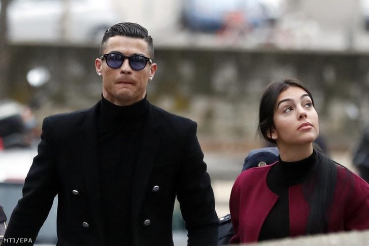 Cristiano Ronaldo portugál válogatott labdarúgó, a Juventus csatára partnerével, Georgina Rodriguezzel érkezik adócsalási ügyének tárgyalására egy madridi bíróságra 2019. január 22-én