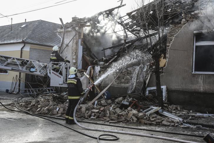 Tűzoltók dolgoznak egy veszprémi társasháznál 2019. január 22-én