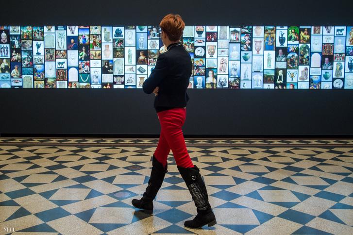 A világ legnagyobb, érintőképernyős múzeumi LCD fala a Szépművészeti Múzeum Márvány csarnokában az eszköz átadásának napján, 2019. január 22-én